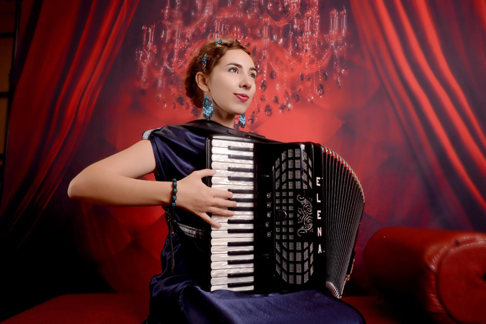 The correct position of the right hand on the accordion