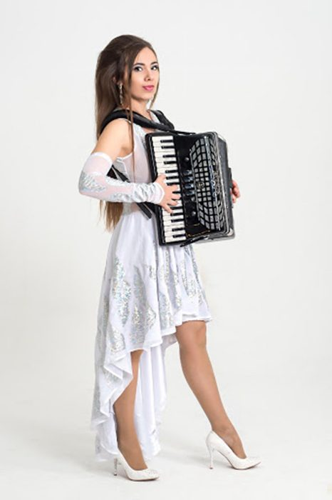 How to hold the accordion while standing